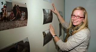 Heike Otten bei der Vorbereitung ihrer Fotowand.