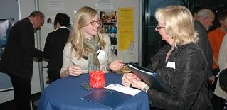 Heike Otten (l.) im Gespräch mit einer Teilnehmerin der Veranstaltung.