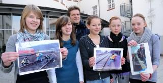 Marie Heidasch, Maren Göllner, Celina Daniel, Anna-Lena Lücke und Phyllis Gievers aus der 7c sind umfassend über die Gefahren auf Bahnanlagen informiert worden (v.l., außerdem im Foto: POK Albert Holtkamp).