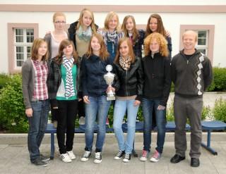 Die siegreichen Mädchen der Wettkampfklasse III mit ihrem Trainer Bernd Övermöhle.