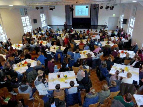 Schulleiter Matthias Koch begrüßt Eltern und Schüler in der voll besetzten Aula